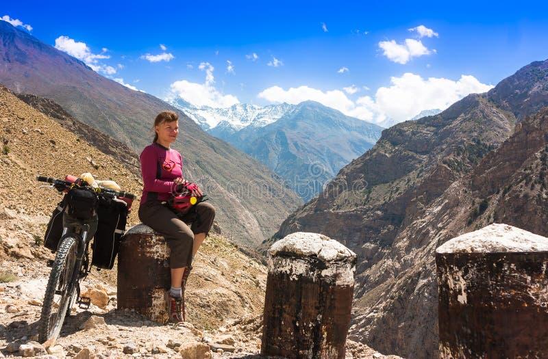 Os motociclistas relaxam em montanhas bonitas dos Himalayas India fotos de stock
