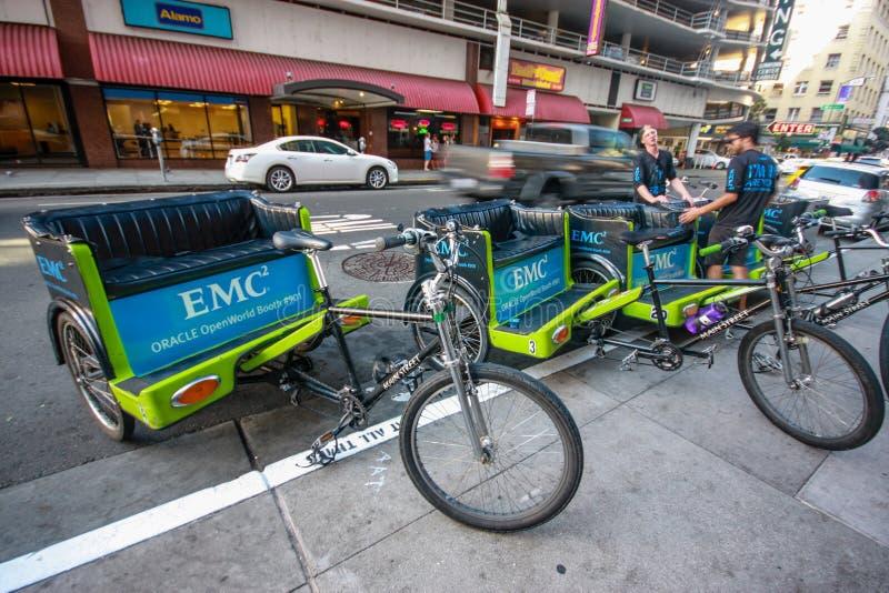 Os motoristas novos não identificados do trishaw esperam attandees da conferência de Oracle OpenWorld foto de stock royalty free