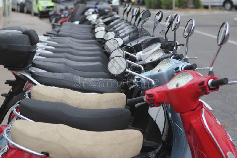 Os mototbikes do 'trotinette' enfileiram muitos na loja do aluguel fotos de stock royalty free