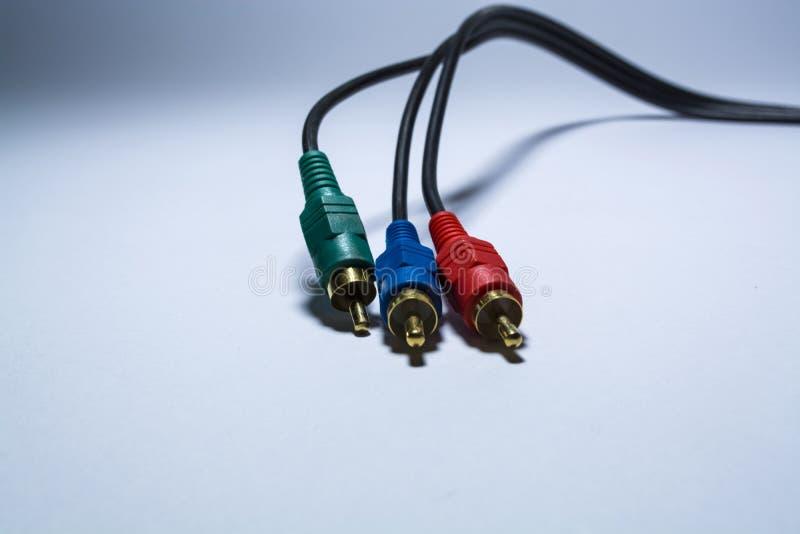 Os multimédios multi-coloriram cabos Ou adaptadores das tulipas para audiodevices Em um fundo branco Armas de fogo Cabo preto imagens de stock royalty free