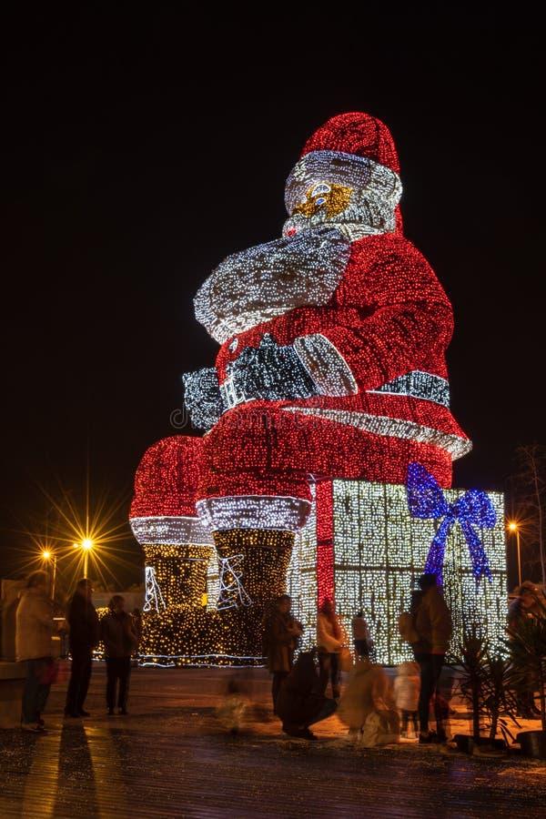 Os mundos Santa Claus a mais grande iluminated por luzes de Natal foto de stock royalty free