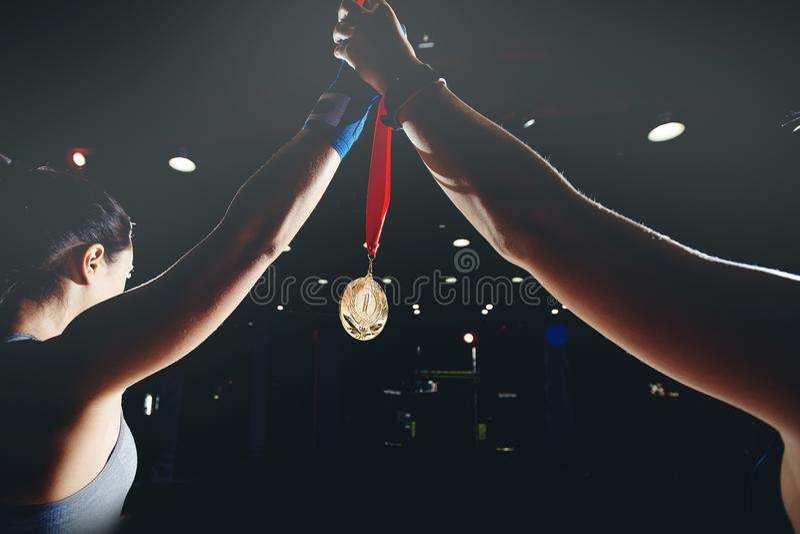 Os Muttahida Majlis-E-Amal sustentam sua mão com medalha de ouro fotografia de stock