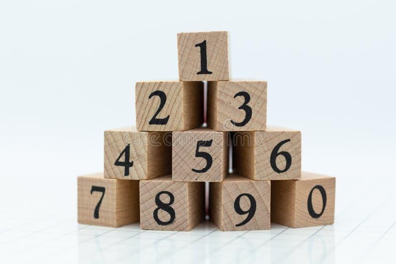 Os números dos blocos de madeira começam 1 a 9 Uso da imagem para o número do tipo, aprendendo o conceito da educação fotografia de stock royalty free