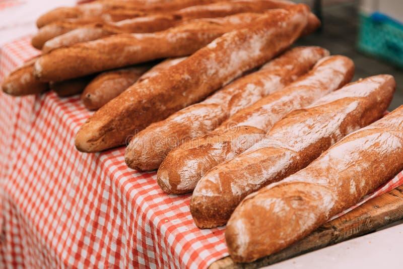 Os nacos recentemente cozidos caseiros rústicos do naco do pão encontram-se na tabela fotos de stock