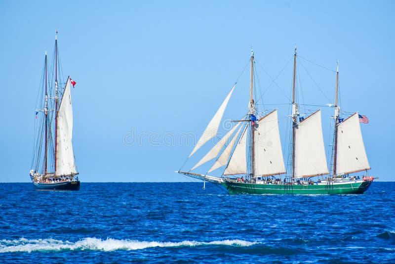 Os navios altos desfilam no Lago Michigan em Kenosha, Wisconsin imagem de stock