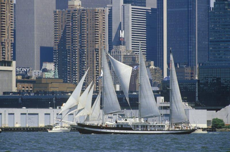 Os navios altos navegam em uma parada no porto de New York durante a celebração de 100 anos para a estátua da liberdade, o 3 de j imagens de stock royalty free