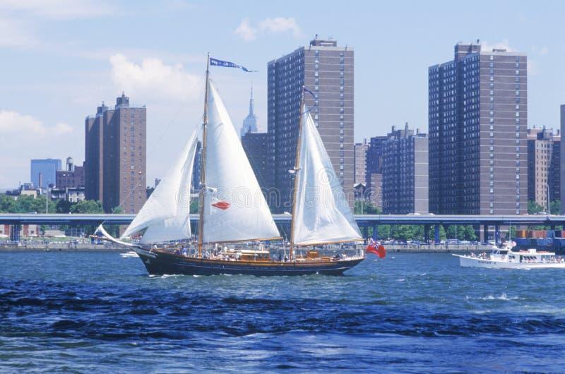 Os navios altos que navegam de Wall Street, Manhattan à ponte de Brooklyn, New York da classe B foto de stock royalty free