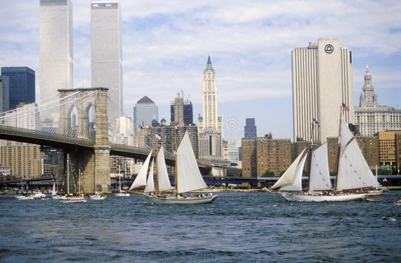 Os navios altos que navegam de Wall Street, Manhattan à ponte de Brooklyn, New York da classe B fotos de stock royalty free