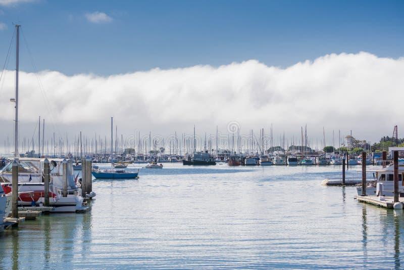 Os navios amarraram no porto em Sausalito, San Francisco Bay, Califórnia foto de stock