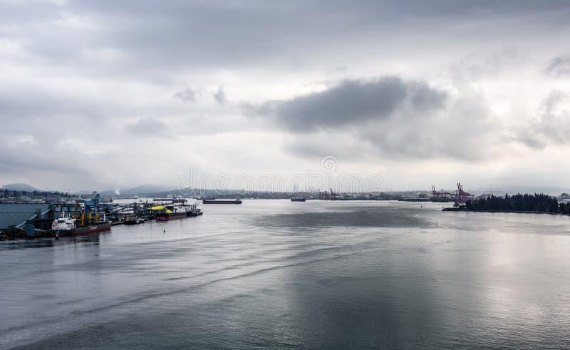 Os navios de carga entraram ou ancoraram no dia chuvoso em Vancôver, BC, Canadá imagens de stock