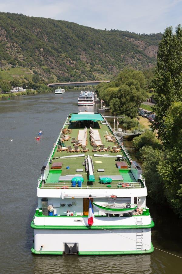 Os navios de cruzeiros aproximam Cochem no rio Moselle fotos de stock