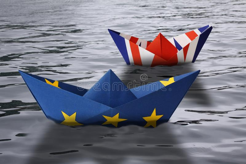 Os navios de papel fizeram como a União Europeia e as bandeiras britânicas que navegam de lado a lado na água - exibição Inglater ilustração do vetor