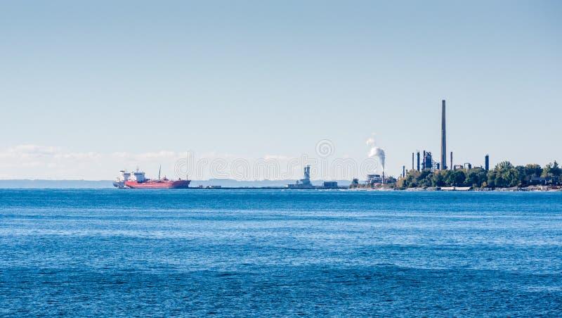 Os navios de petroleiro entraram na planta dos lubrificantes no Lago Ontário foto de stock