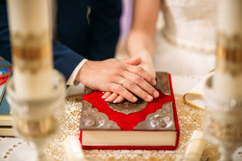 Os noivos dão um voto do amor na igreja  imagem de stock royalty free