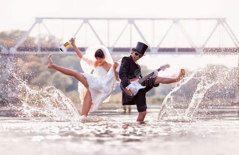 Os noivos estão felizes no rio fotos de stock