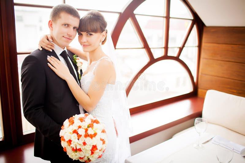 Os noivos na sala de hotel imagens de stock royalty free