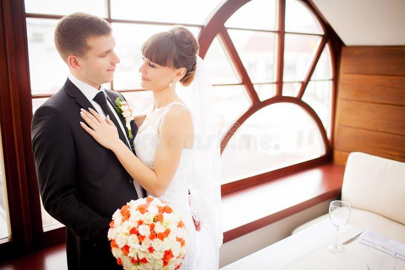 Os noivos na sala de hotel fotografia de stock royalty free