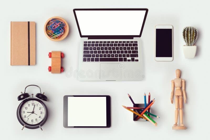 Os objetos da mesa do desenhista zombam acima do molde com o laptop para o projeto da identidade de marcagem com ferro quente Vis imagem de stock