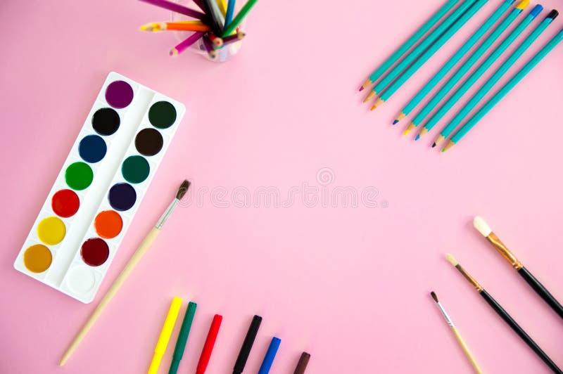 os objetos Multi-coloridos para o desenho e a faculdade criadora para crianças encontram-se em um fundo cor-de-rosa Pinturas bril foto de stock royalty free