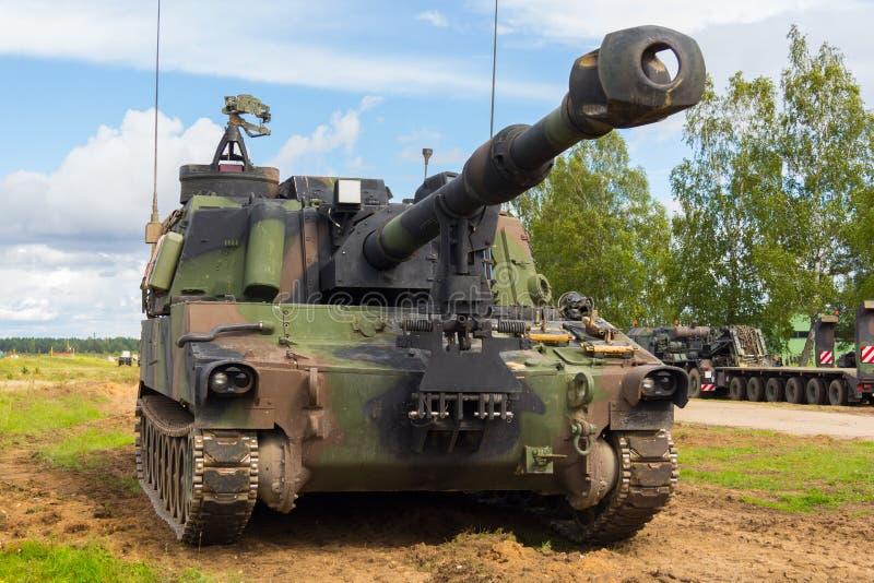 Os obus americanos estão em um campo de batalha imagens de stock