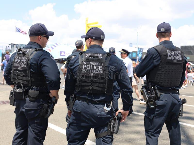 Os oficiais contrários da unidade do terrorismo de Port Authority fornecem a segurança durante o evento público fotografia de stock