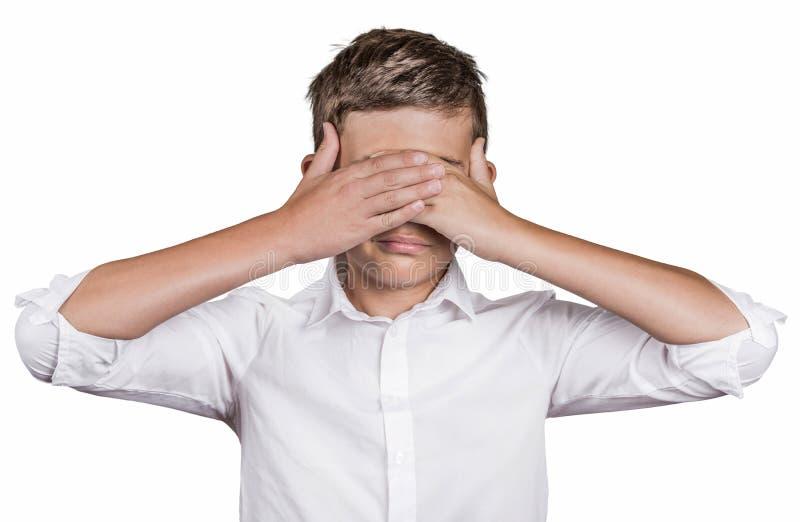 Os olhos de fechamento da coberta do homem tímido com mãos não podem ver imagens de stock