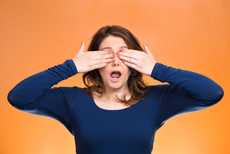 Os olhos de fechamento da mulher com mãos não podem ver Não veja nenhum conceito mau fotografia de stock royalty free