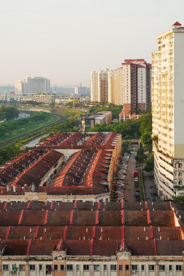Os olhos de pássaro veem sobre subúrbios de Kuala Lumpur, Malásia no amanhecer imagens de stock