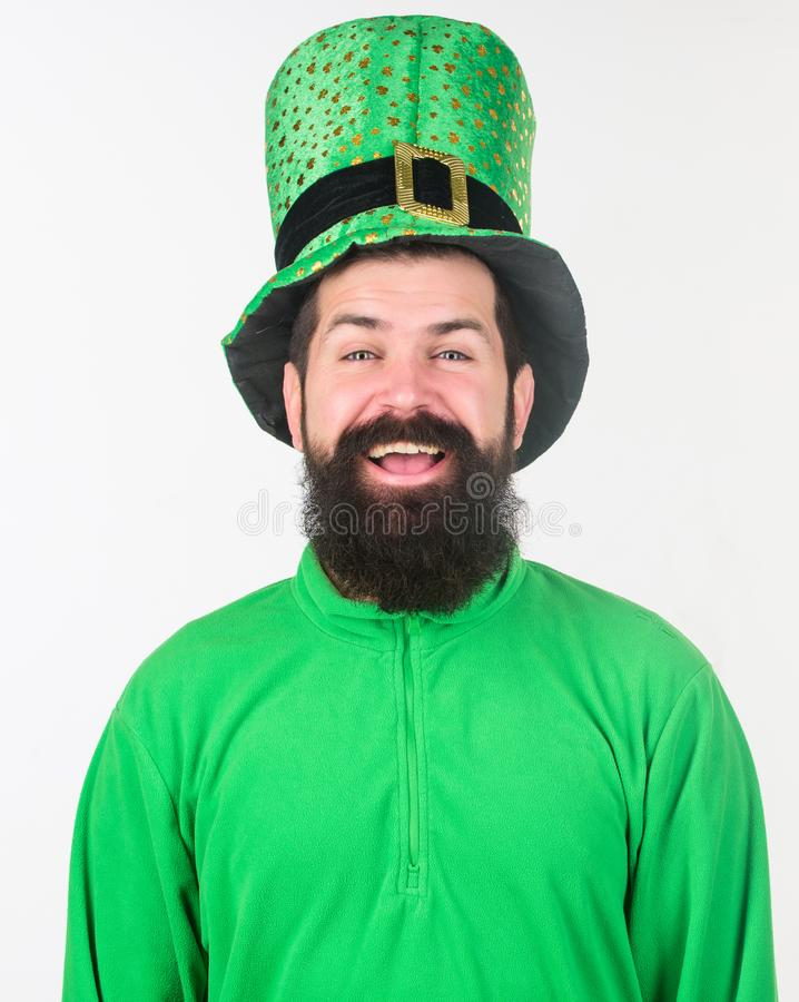 Os olhos irlandeses estão sorrindo Homem irlandês com verde vestindo da barba Homem farpado que comemora o dia dos patricks de Sa fotografia de stock royalty free