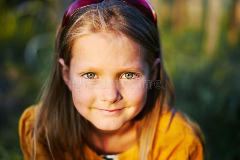 Os olhos limpos do fim morno da pessoa do retrato da menina sorriem fotografia de stock