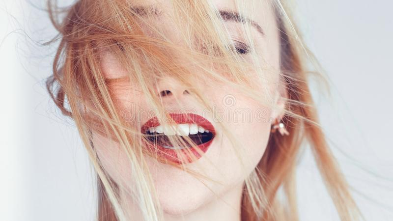 Os olhos louros da mulher fecharam o abrandamento aberto da boca fotografia de stock royalty free