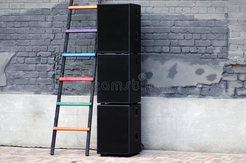 Os oradores são pretos no fundo da parede imagens de stock