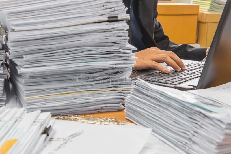 os originais na mesa empilham acima altamente a espera a ser controlada foto de stock royalty free