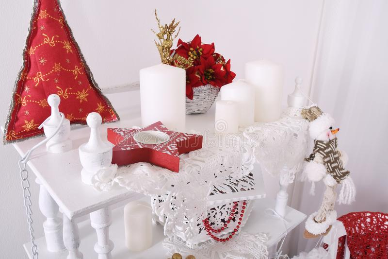 Os ornamento vermelhos do Natal, coração e bola, na árvore do xmas no fundo do bokeh do brilho com cintilação iluminam-se Cartão  foto de stock