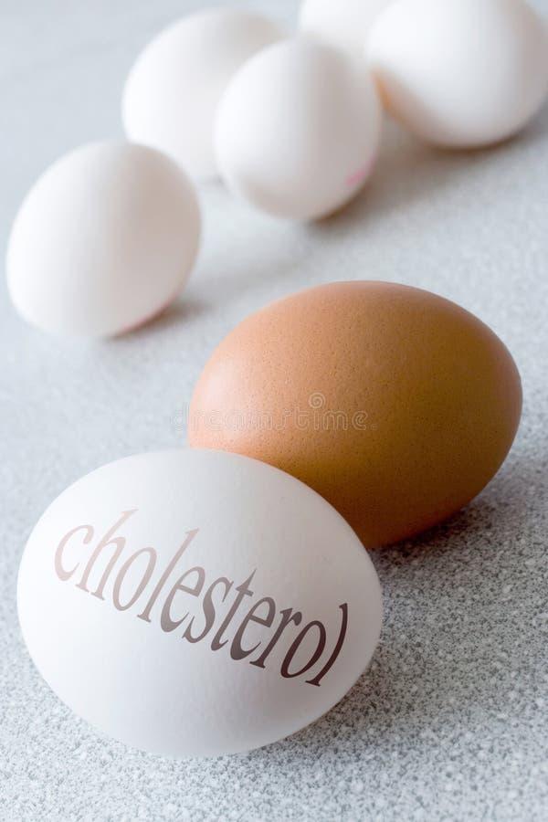Os ovos brancos com colesterol text - a saúde e o estilo de vida saudável foto de stock royalty free
