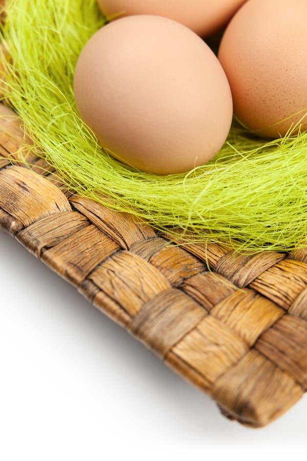 Os ovos coloridos do ?aster estão na placa wattled foto de stock