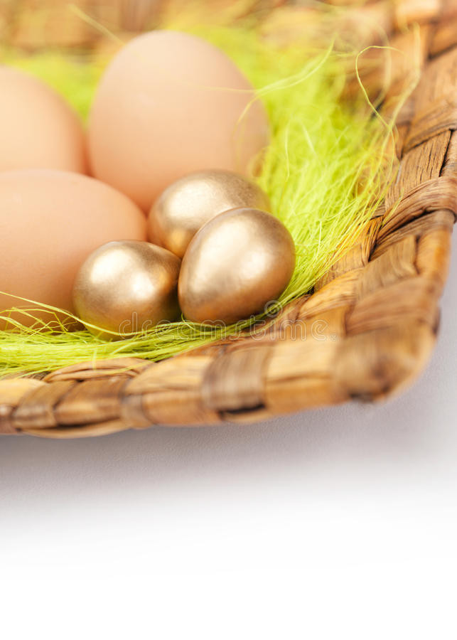 Os ovos da páscoa coloridos estão em placa trançada fotografia de stock royalty free