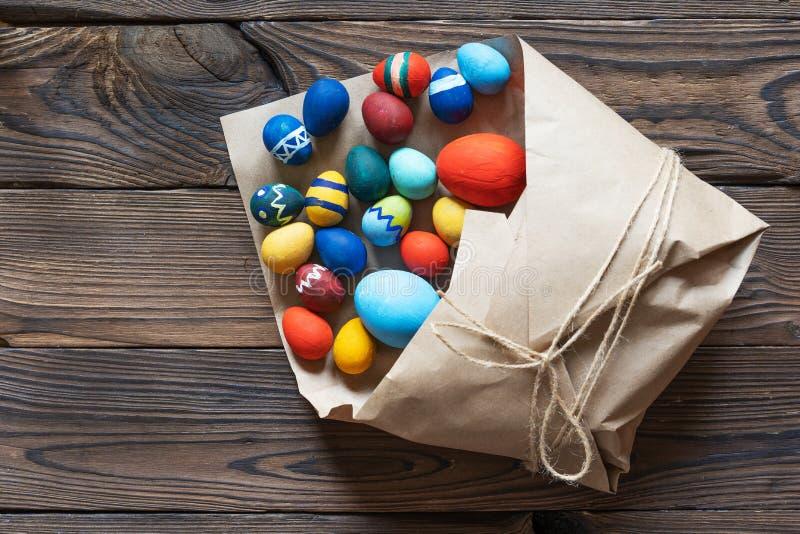 Os ovos da páscoa de papel surpreendem o presente e o presente da celebração imagem de stock royalty free