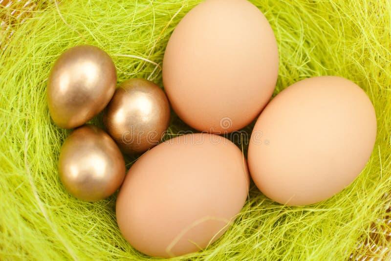 Os ovos da páscoa estão na fibra do verde do sisal foto de stock