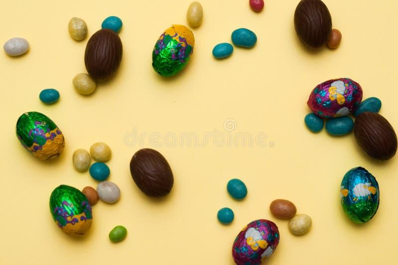 Os ovos diferentes ajustaram-se contra o fundo com um lugar para a inscrição, ovos da páscoa feitos a mão coloridos perfeitos Iso imagens de stock