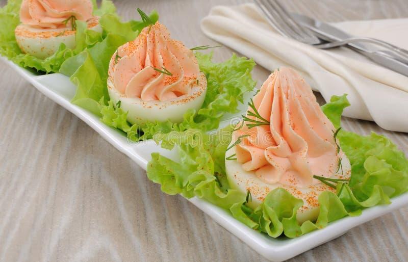 Ovos enchidos com pasta salmon imagens de stock royalty free