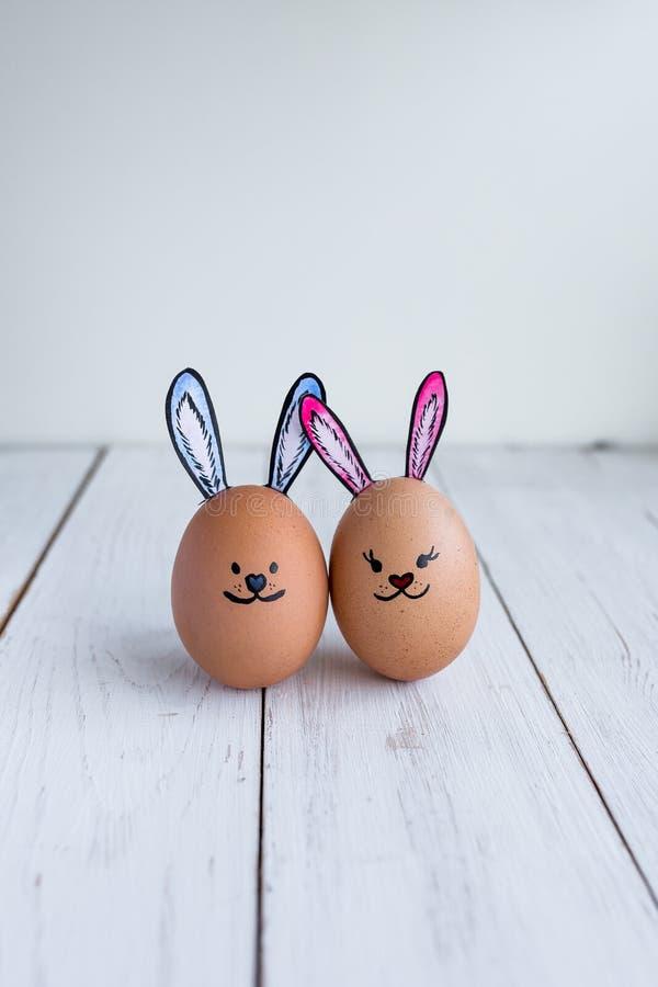 Os ovos enfrentam, drawnigs no ovo, ovos da páscoa, ovos do coelho imagem de stock royalty free