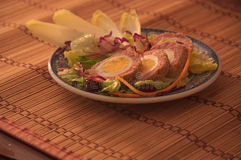 Os ovos escoceses serviram com uma guarnição vegetal fotos de stock royalty free