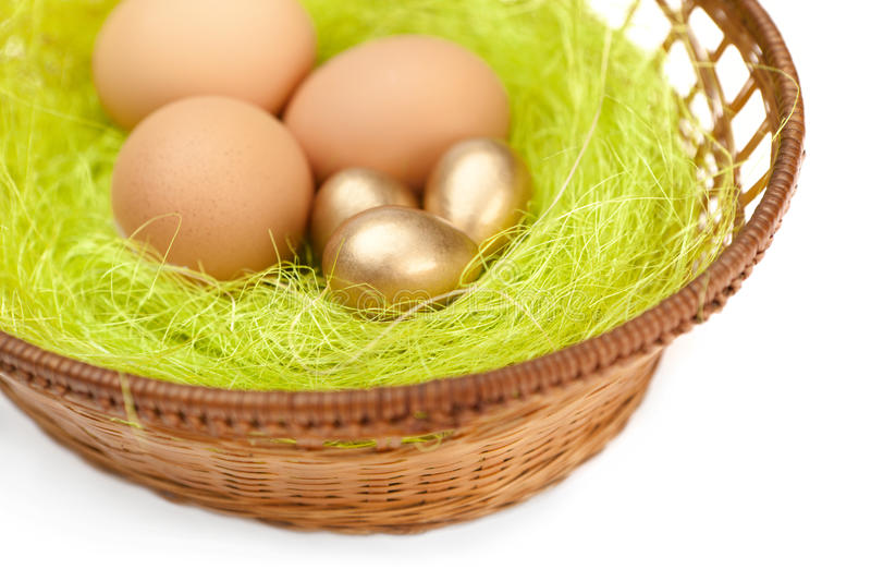 Os ovos estão na cesta wattled de easter fotografia de stock