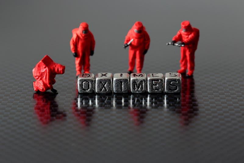 Os Oximes em grânulos com um produto químico diminuto do modelo à escala team fotografia de stock