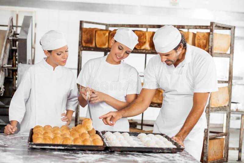Os pães de análise do padeiro na tabela na padaria imagem de stock royalty free