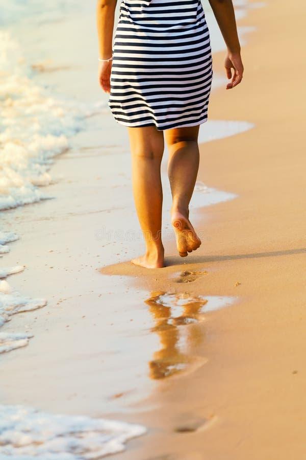 Os pés asiáticos do ` s da mulher que andam na areia de Pattaya encalham Tailândia imagem de stock royalty free