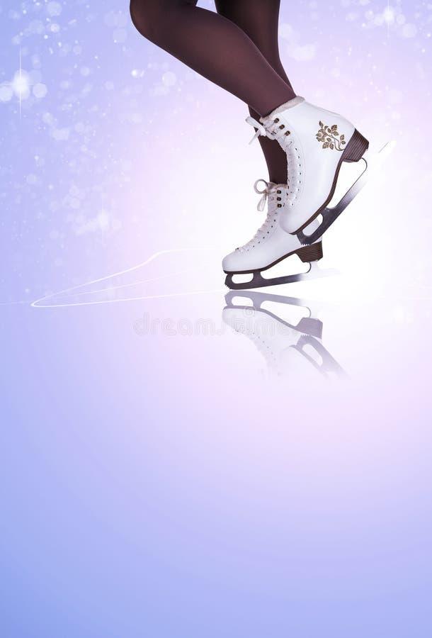 Os pés da mulher delgada em botas da patinagem no gelo ilustração royalty free