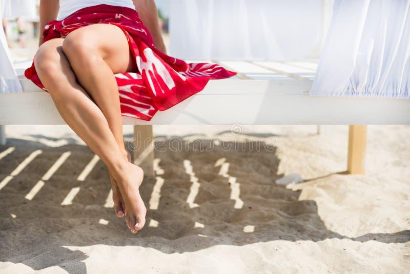Os pés da mulher na praia fotografia de stock