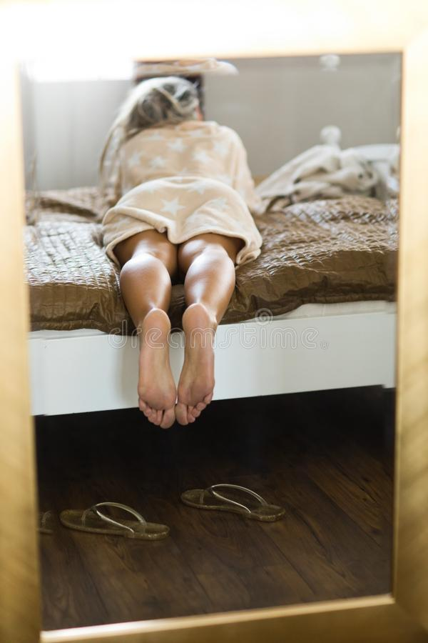 Os pés da mulher no espelho quadro no quadro dourado imagens de stock